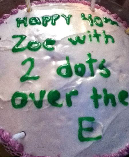 Pastel desastroso. pastel que dice feliz cumpleaños zoe con dos puntos sobre la e