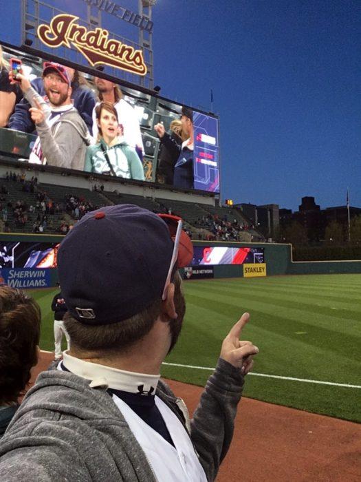 Hombre tomando selfie de su foto en estadio