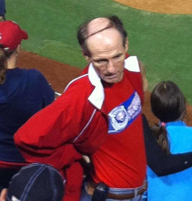 Hombre calvo en juego de baseball
