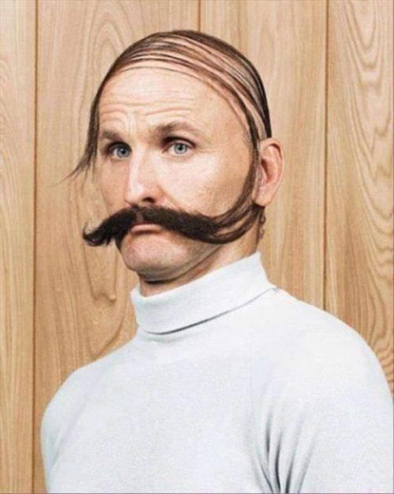 peinado hacia un lado en hombre calvo