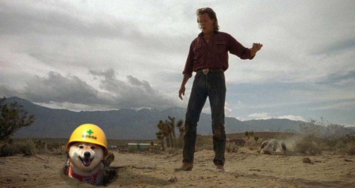 perro con casco saliendo de la tierra al lado de Kevin Bacon
