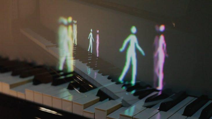 figuras luminosas tocando el piano