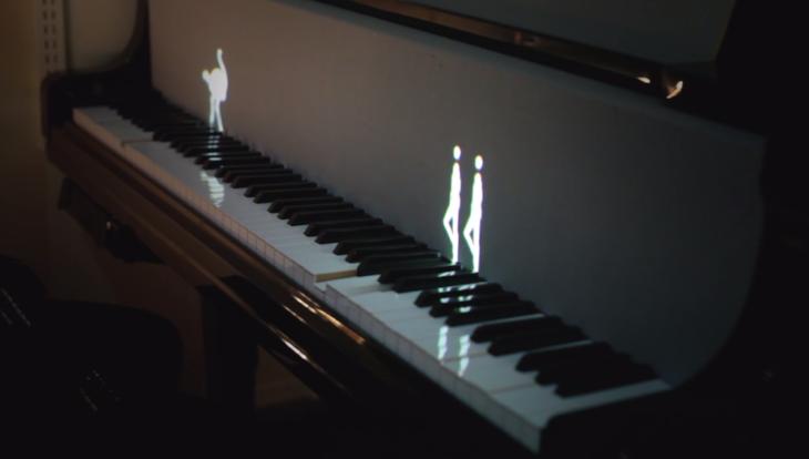 Figuras luminosas danzando sobre las teclas de un piano