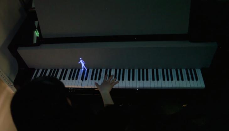 dueto entre pianista y figuritas