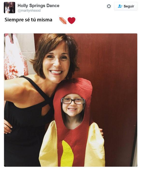 Maestra se toma foto con la alumna que decidió ir vestida como hot dog y no como princesa