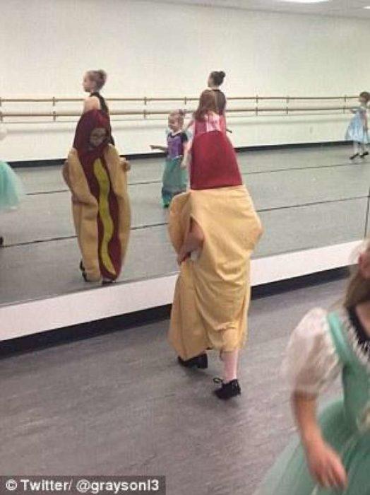 Niña vestida como hot dog en clase de danza