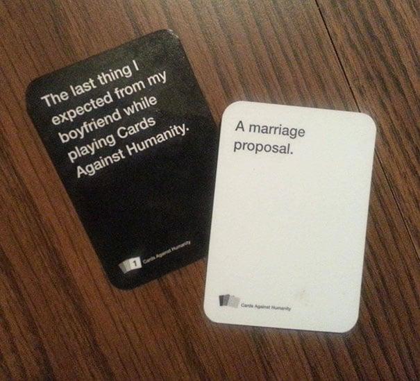 Propuesta: jugando cartas y juegos de palabras un chico le pide matrimonio a su novia