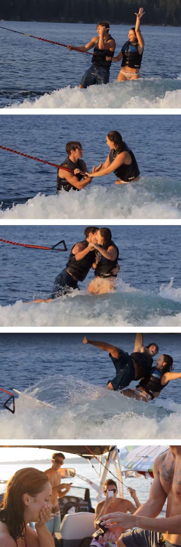 Propuesta; novios están surfeando cuando el novio se pone de rodillas y le pide matrimonio a la novia, al final caen al agua y después en el bote le entrega el anillo