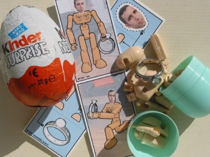 Propuesta: Un kinder sorpresa con la foto del novio y una figurita y un anillo
