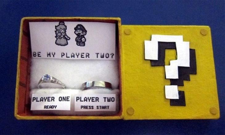 Propuesta: Una caja con dos anillos y la pregunta ¿quieres ser mi segundo jugador? con la princesa y mario bros.
