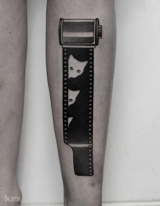 Tatuaje surrealista de gatos en pantorrilla