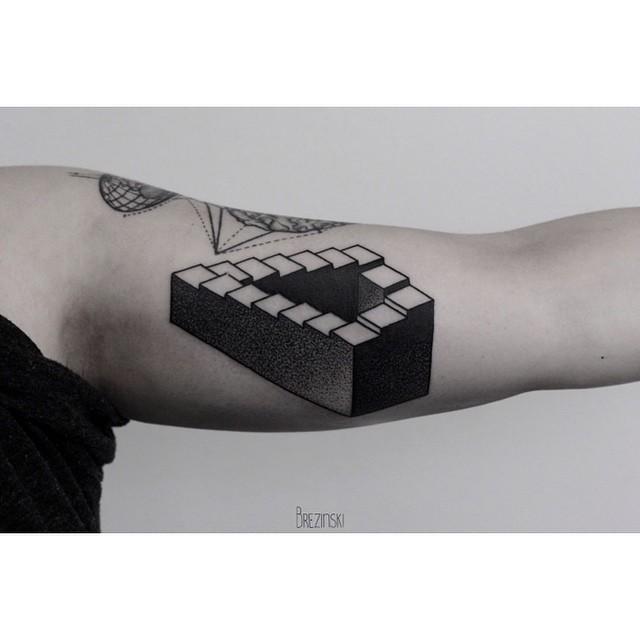tatuaje surrealista de escaleras estilo Escher en brazo