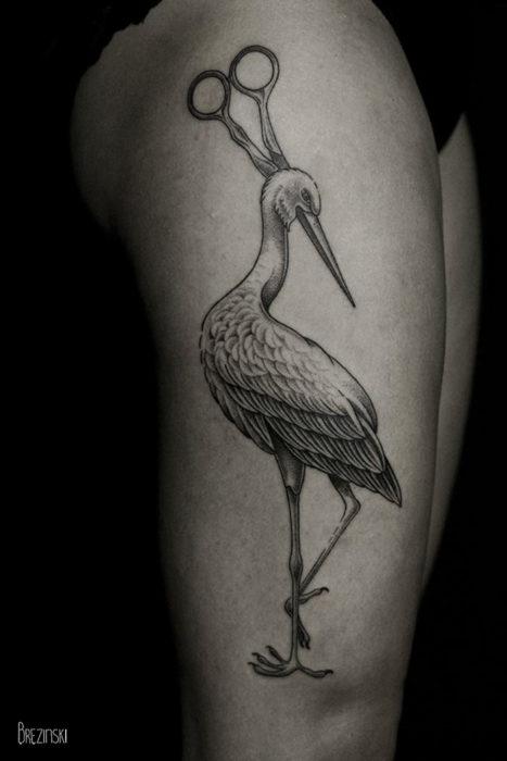 tatuaje surrealista en muslo