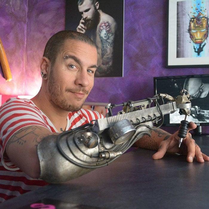 artista tatuador con prótesis para tatuar