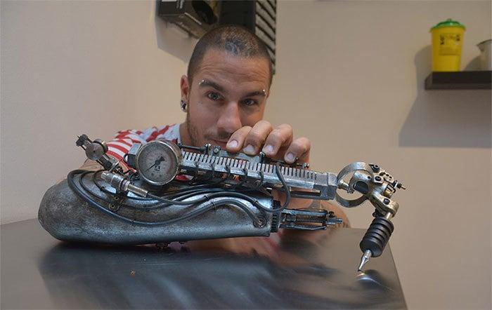 tatuador con prótesis