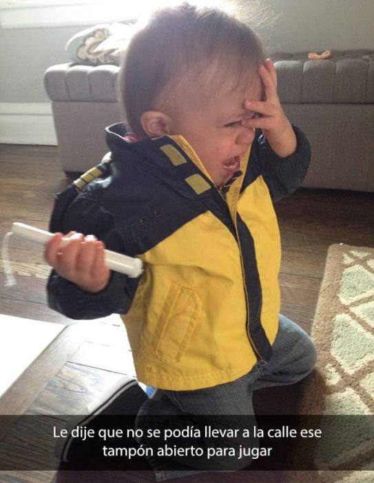Niño llorando con tampón en la mano