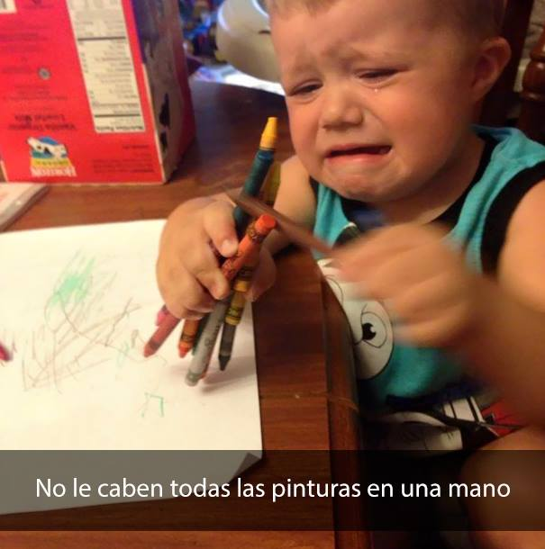 niño llorando sobre escritorio con crayolas en la mano