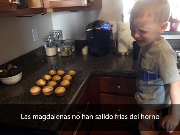 Niño en la cocina, llorando por magdalenas
