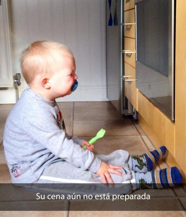 Niño llorando delante del horno de estufa
