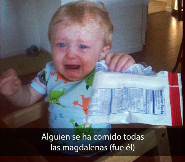 Bebé llorando con empaque de comida en mano