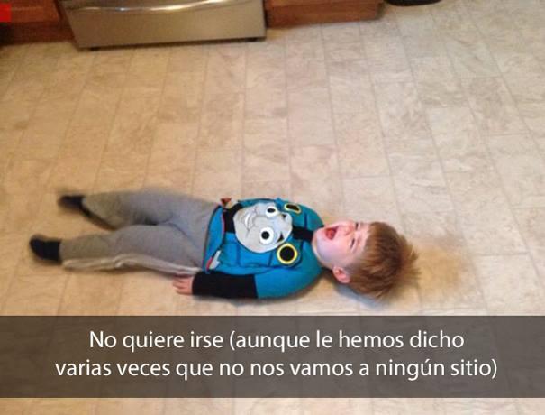 Niño llorando en el piso