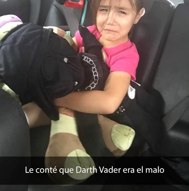 niña en asiento trasero de automovil, llorando.