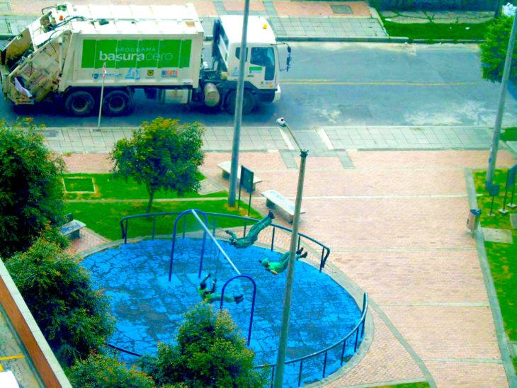 Trabajadores de la basura columpiándose en su rato libre