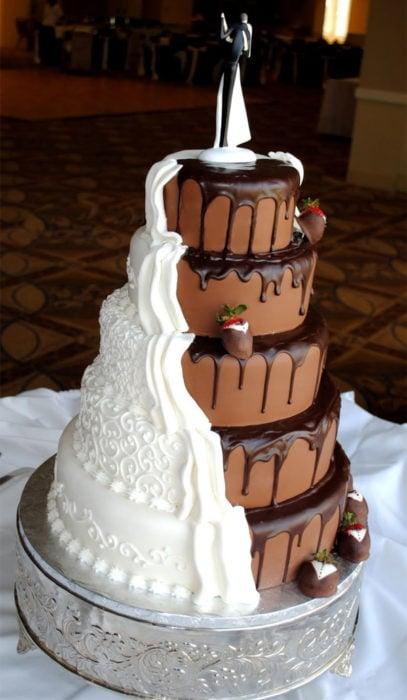 pastel de bodas mitad blanco mitad chocolate
