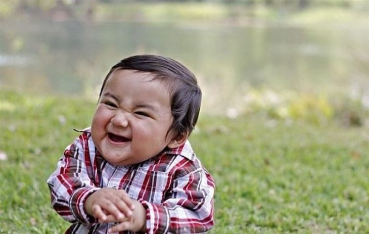 niño riendo chistoso