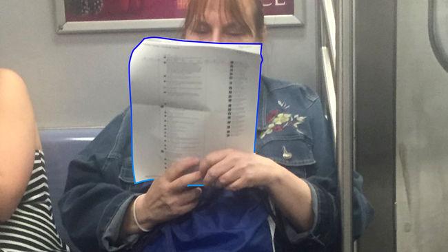 señora leyendo comentarios en el facebook
