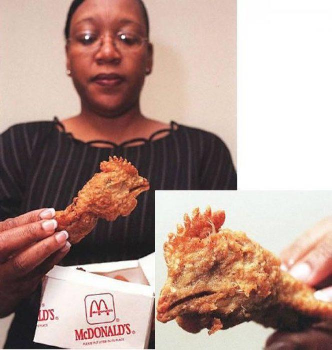 Mujer con cabeza de pollo
