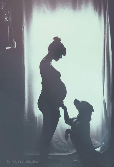fotografía a blanco y negro de maternidad y perrito