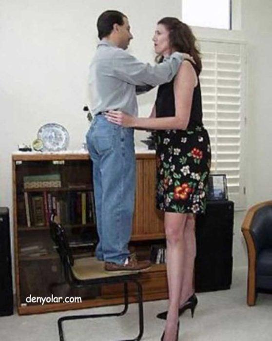 mujer alta bailando con hombre de baja estatura
