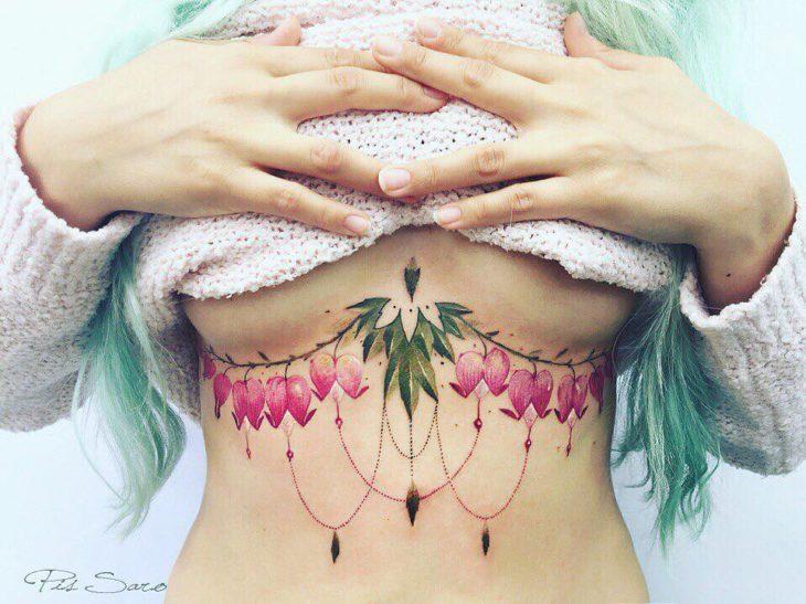 tatuaje de flores bajo el pecho