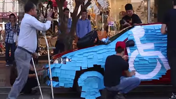 carro lleno de post its