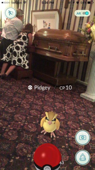 Un pokemón en un funeral