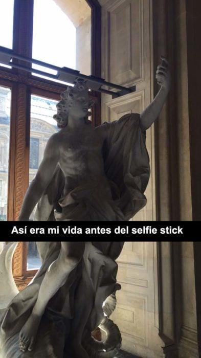 escultura que parece tiene un celular