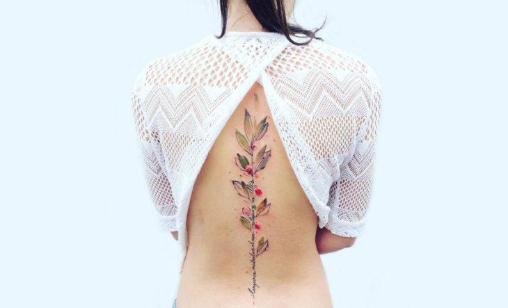 hermoso tatuaje de flores en la espalda de una mujer