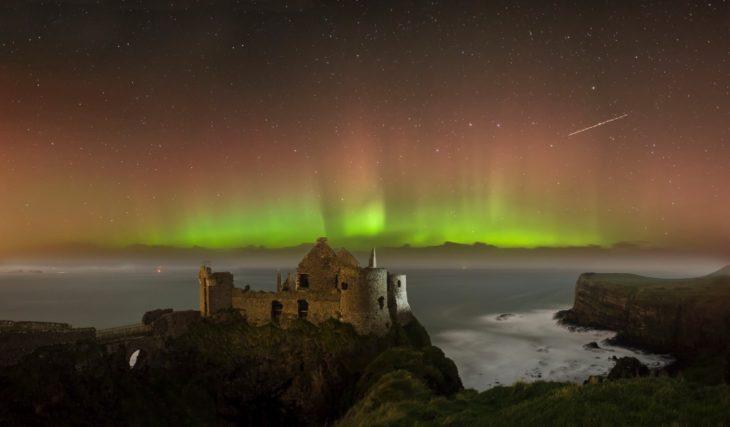 aurora boreal sobre castillo