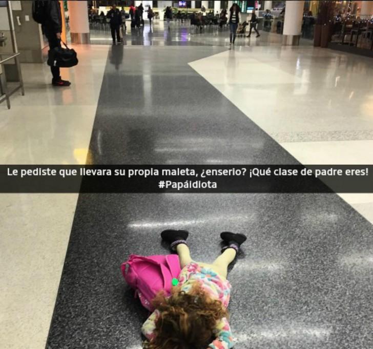 niña haciendo berrinche en el suelo tirada con su mochila