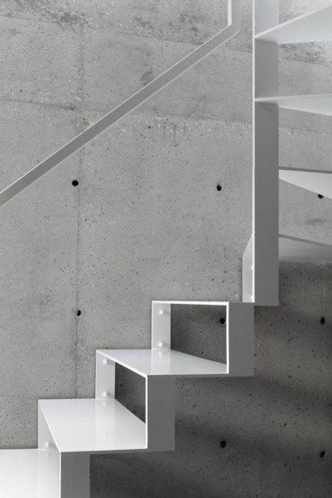 escalera minimalista blanca