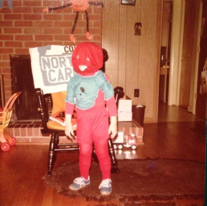 niño con disfraz que asusta de spiderman