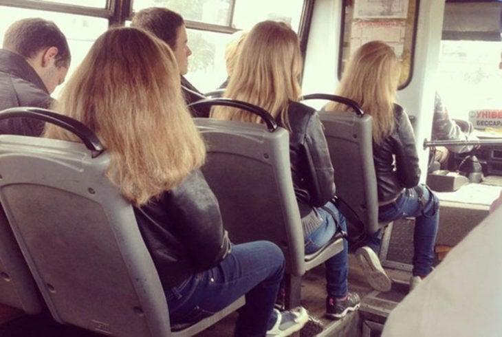 Clones sentadas en el camión