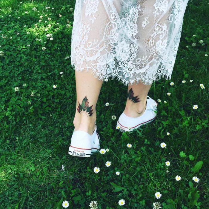 pies de muchacha caminando sobre el pasto