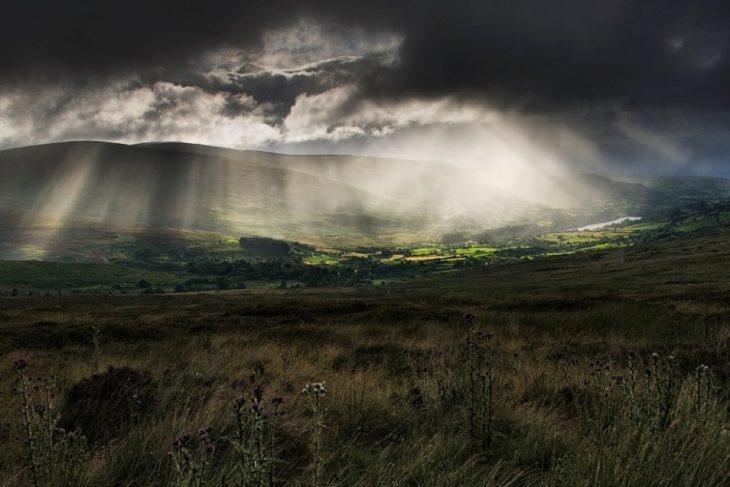 cielo sobre colinas irlandesas