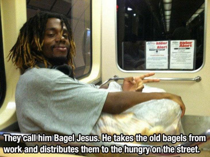 muchacho con bolsa de panes en el autobús