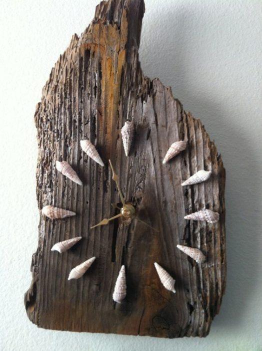 reloj de madera y caracolas de mar