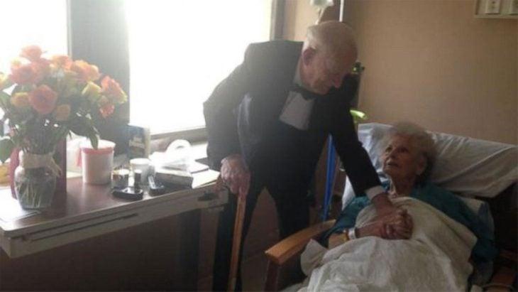 anciano le da una sorpresa de aniversario a su esposa internada