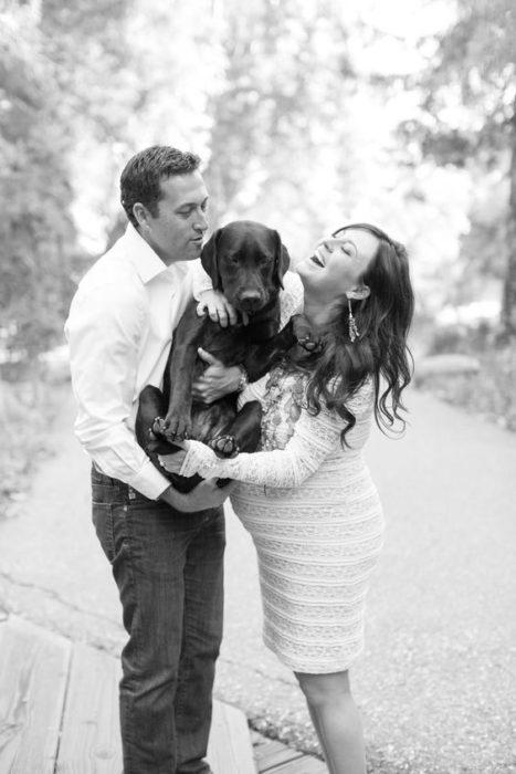 pareja de embarazados con un perrito foto a blanco y negro