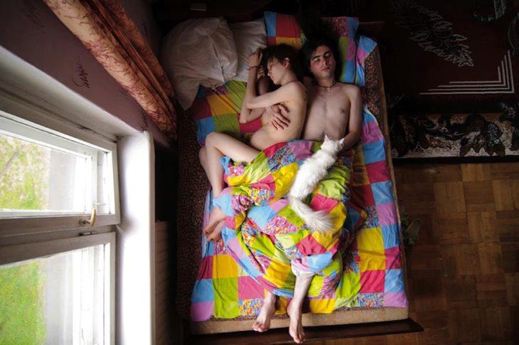 pareja de embarazados durmiendo